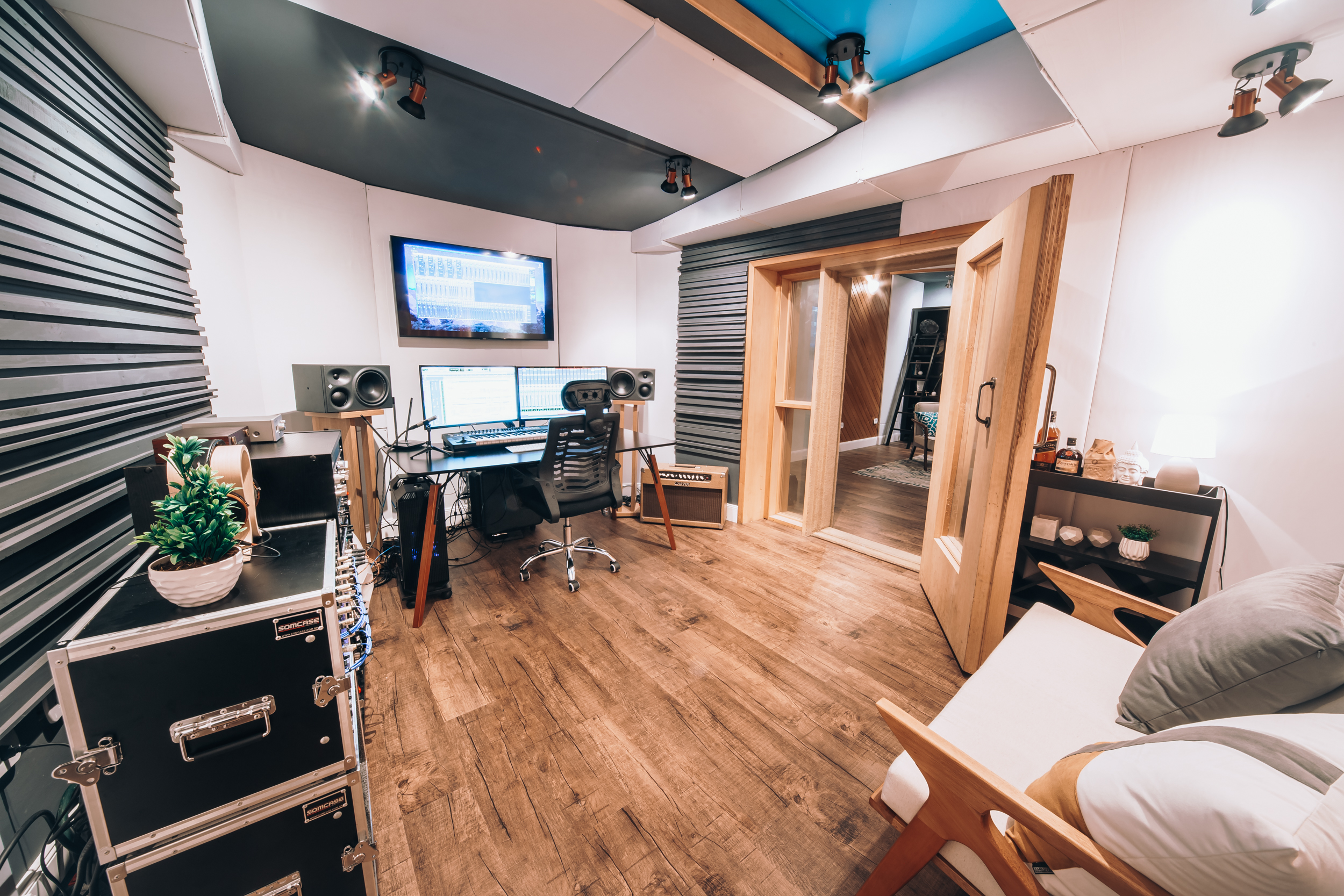 Estúdio acústico decorado, de 20m² ideal para gravação de música e podcast. Sua aconchegante decoração também permite ser utilizado como espaço para realização de vídeos. Possui sala técnica ao lado de 12m² que oferece a possibilidade de acompanhar as gravações e também uma ampla visão para dentro do estúdio.